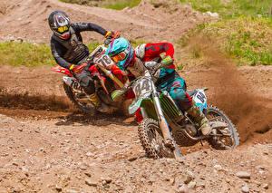 Фотографии Мотокросс Мотоциклист 2 Едущий В шлеме мотоцикл