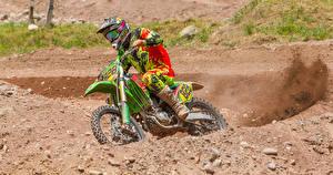 Фотография Мотоциклист Униформе Едущий В шлеме