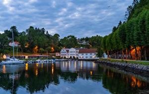 Картинка Норвегия Берген Дома Причалы Катера Вечер Залив Деревьев Города