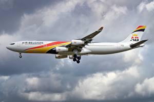Обои Пассажирские Самолеты Airbus Сбоку A340-300 Авиация картинки