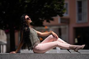 Обои Сидящие Поза Джинсов Брюнетки Волос Красивые молодые женщины