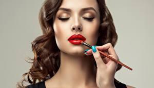 Фотография Лица Косметика на лице Кисточки Красные губы Шатенки Серый фон Sofia Zhuravets молодая женщина