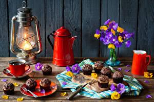 Фотография Натюрморт Керосиновая лампа Чайник Кофе Пирожное Букет Доски Стена Кувшины Чашка Лепестков Пища