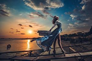 Обои для рабочего стола Рассвет и закат Вечер Небо Платье Ветер Ноги Балете Модель Солнце Красивые Позирует Ivan Slavov девушка Природа