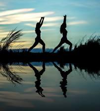 Фото Рассвет и закат Отражении 2 Силуэта Йогой Тренируется спортивные