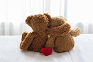 Обои Мишки День святого Валентина Двое Обнимаются Вид сзади
