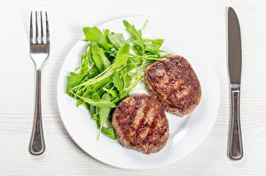 Обои Вторые блюда Нож Мясные продукты Овощи Котлеты Тарелке Вилка столовая Продукты питания