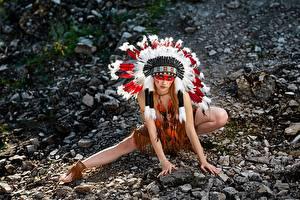 Обои для рабочего стола Индейский головной убор Камни Индейцы Поза Красивые Руки Alena Tzurcan, Vyacheslav Tzurcan Девушки