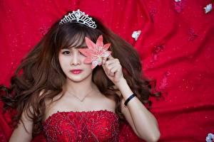 Фото Азиатки Корона Шатенка Лист Смотрит Красном фоне Волос Причёска Девушки