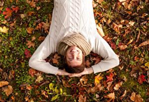 Фотографии Осенние Мужчины Лист Улыбка Руки Свитер Лежа