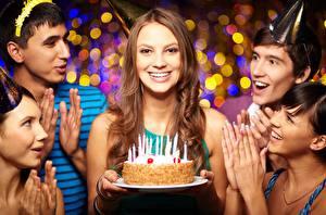 Обои День рождения Праздники Торты Свечи Шатенки Улыбка Счастливый Девушки