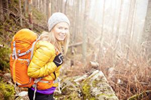 Картинки Блондинка Туризм Шапка Смотрит Рюкзак Девушки