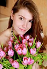 Картинки Букеты Тюльпаны Шатенки Смотрят Улыбка молодая женщина