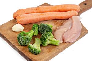 Картинки Морковь Чеснок Курятина Брокколи Белым фоном Разделочная доска