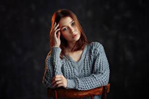 Картинки Стулья Позирует Шатенка Взгляд Свитер молодая женщина