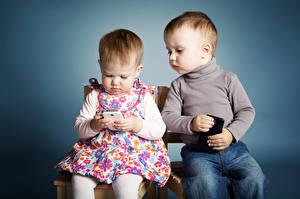 Фото Цветной фон Двое Девочки Мальчик Смартфон Сидя ребёнок