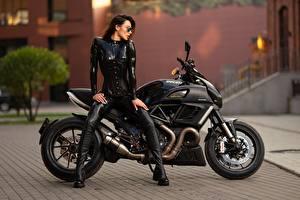 Фотография Ducati Латекс Сбоку Сидит Черных Ilya Pistoletov, Natalya Zaitseva мотоцикл Девушки