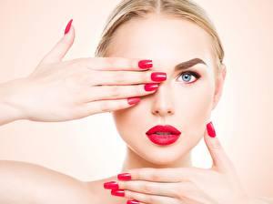 Картинка Глаза Пальцы Цветной фон Лицо Блондинка Взгляд Красными губами Руки Маникюр Девушки