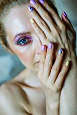 Фото Глаза Пальцы Мейкап Рука Маникюр Взгляд молодая женщина