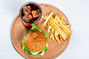 Обои Фастфуд Картофель фри Гамбургер Напиток Coca-Cola Белом фоне Разделочная доска Стакан Пища