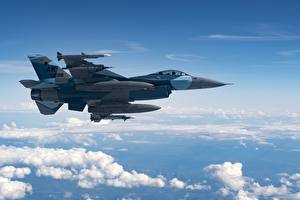 Обои Самолеты Истребители F-16 Fighting Falcon Небо Американский Сбоку Облачно Летящий Авиация