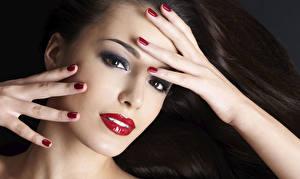 Фотография Пальцы Лица Волос Смотрит Красными губами Рука Маникюра Мейкап девушка