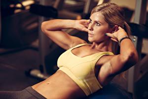 Обои Фитнес Шатенки Тренируется Руки Живота Девушки Спорт