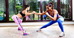 Фотография Фитнес 2 Униформе Ног Кроссовках Тренируется Красивая спортивные Девушки