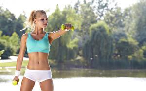 Фотографии Фитнес Тренировка Живот Блондинка Размытый фон Руки молодая женщина