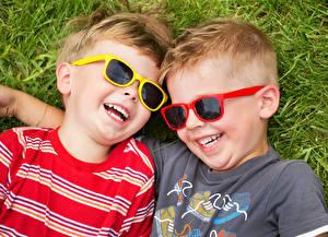 Обои Трава Мальчишка Очки Две Смеются Счастливый Дети