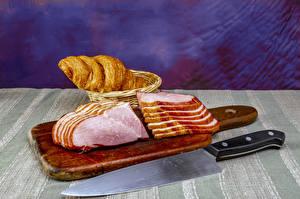 Фото Ветчина Нож Круассан Разделочной доске Нарезанные продукты Еда