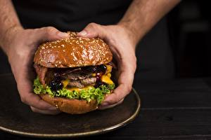 Фото Гамбургер Крупным планом Руки Еда