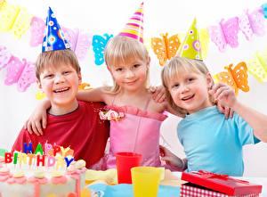 Фотография Праздники День рождения Девочка Мальчик Улыбается Шляпы Счастье