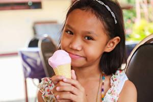 Фотографии Мороженое Девочка Взгляд ребёнок