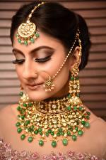 Фото Индийские Украшения Брюнеток Серьги Лицо молодая женщина