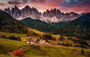Фотография Италия Гора Здания Лес Луга Пейзаж Село village of Santa Maddalena Природа Города