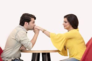 Фотография Мужчины Любовники 2 Сидя Брюнетки Рука Целование Девушки