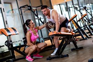 Фото Мужчины Спортзал Физическое упражнение Две Сидит Гантели спортивная Девушки
