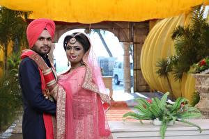 Обои для рабочего стола Мужчины Индийские Невесты Женихом 2 Свадьбе девушка