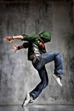 Обои для рабочего стола Мужчина Негр Танцуют Руки Джинсы Ноги