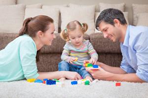 Картинка Мать Мужчина Шатенка Девочки Сидящие Улыбается Три Играет Дети