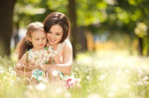 Фотография Мать Вдвоем Размытый фон Девочка Объятие Улыбка Милые Дети