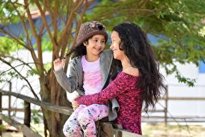 Фотография Мама Два Брюнетка Улыбка Шапки Объятие Девочки молодые женщины