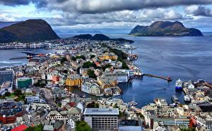 Фотографии Норвегия Гора Берег Дома Пирсы Залива Сверху Alesund город