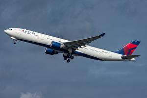 Картинки Пассажирские Самолеты Эйрбас Сбоку Взлетают Delta Air Lines