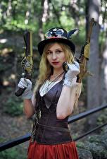 Фотографии Пистолеты Паропанк Размытый фон Блондинка Руки Перчатки Шляпа Взгляд Косплей молодые женщины