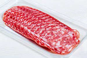 Обои для рабочего стола Колбаса Белый фон Нарезанные продукты Salami Пища