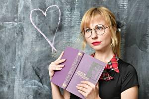 Фото Школа Сердечко Блондинка Очков Смотрят Книга девушка