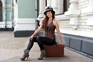 Фотографии Стимпанк Чемоданы Шляпы Очки Шатенки Сидит Ног Косплей девушка