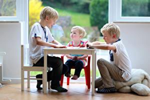 Фото Стол Трое 3 Девочки Мальчики ребёнок